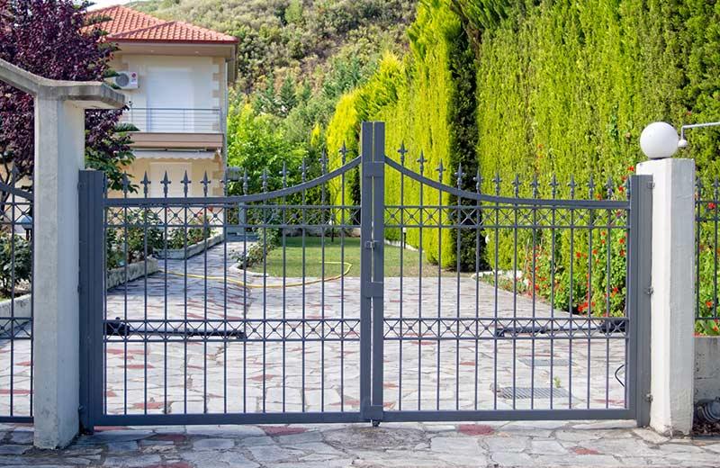 Welche Lösungen für Zaun-Toranlagen gibt es?